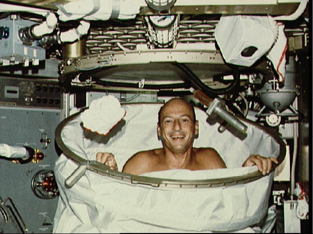 how do astronauts wash in space - photo #1